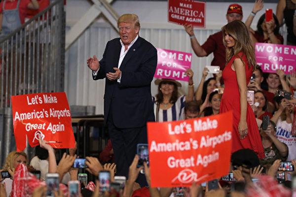川普與第一夫人梅蘭妮亞在2月18日前往佛州進行的一場競選形式的活動,與支持者見面。 (Joe Raedle/Getty Images)