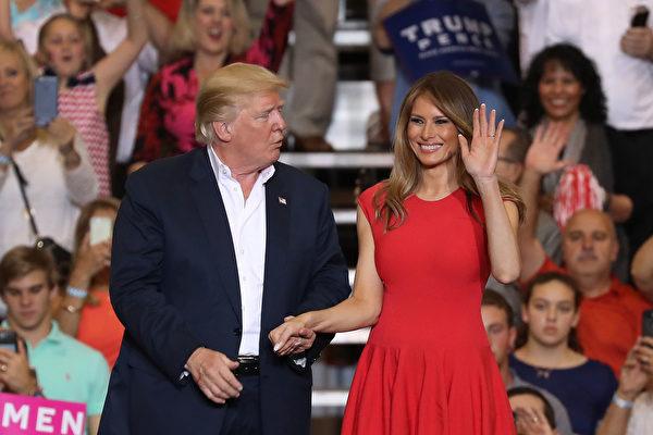 """美国总统川普2017年2月18日在佛罗里达州墨尔本的举行一场造势风格的活动将讯息传达给支持者,""""不透过假新闻过滤"""",并坚称白宫运作超顺畅。 (Joe Raedle/Getty Images)"""