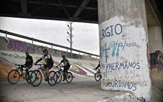 2010年6月,15歲的墨西哥男童赫南德斯就是在這根柱子後、中槍身亡 ( YURI CORTEZ/AFP/Getty Images)