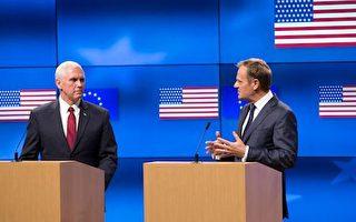 彭斯(左)20日與歐洲理事會主席圖斯克(右)舉行記者會。(VIRGINIA MAYO/AFP/Getty Images)