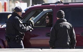 美国圣地牙哥的美墨边境巡逻队于2017年2月26日,在边界发现一辆疑似偷渡非法移民的厢型车,该车拒绝停车接受盘查并与警方展开追逐,最后翻覆并造成9人受伤。本图为2017年2月20日,德克萨斯州埃尔帕索的边境警察正在检查一辆从墨西哥驶入美国的车辆。(JIM WATSON/AFP/Getty Images)