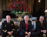 2017年2月20日,川普(中)在佛州Mar-a-Lago度假村宣布,由美國陸軍中將麥克馬斯特(左)接任上週弗林剛辭任的國家安全顧問一職,克羅格(右)擔任國安顧問副手。(NICHOLAS KAMM/AFP/Getty Images)