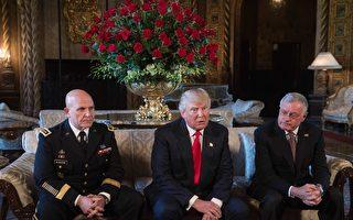 2017年2月20日,川普(中)在佛州Mar-a-Lago度假村宣布,由美国陆军中将麦克马斯特(左)接任上周弗林刚辞任的国家安全顾问一职,克罗格(右)担任国安顾问副手。(NICHOLAS KAMM/AFP/Getty Images)