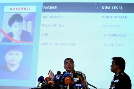 馬來西亞警方在記者會上說,朝鮮大使館一名高官是金正男遇刺案嫌犯之一,另一嫌犯則和朝鮮國營航空公司有關聯。(MANAN VATSYAYANA/AFP/Getty Images)