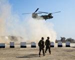 2017年2月22日,美国军队在伊拉克摩苏尔南部的一个临时军事基地正在为攻打摩苏尔西部做准备。图为美军C-47 Chinook直升机及美军士兵。 (AHMAD AL-RUBAYE/AFP/Getty Images)