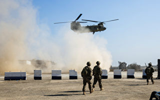 2017年2月22日,美國軍隊在伊拉克摩蘇爾南部的一個臨時軍事基地正在為攻打摩蘇爾西部做準備。圖為美軍C-47 Chinook直升機及美軍士兵。 (AHMAD AL-RUBAYE/AFP/Getty Images)