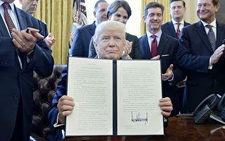 川普总统周五(24日)签署了一项有关监管改革的行政令,指示联邦机构设立专门团队,负责落实需要废除的法规。(photo by Olivier Douliery - Pool/Getty Images)