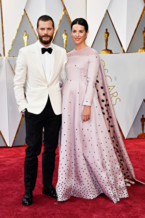 男星杰米杜南(Jamie Dornan)携妻子Amelia Warner在红毯亮相。(Frazer Harrison/Getty Images)