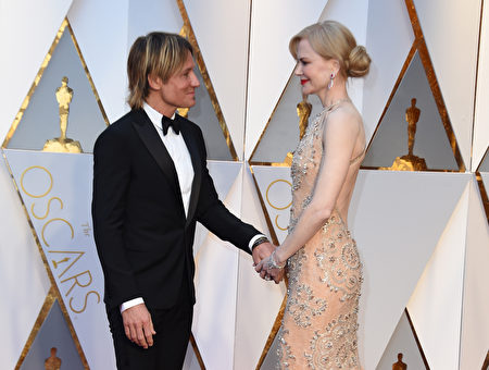女星妮可·基嫚(Nicole Kidman)和丈夫基斯·厄本(Keith Urban)牵手秀恩爱。(Frazer Harrison/Getty Images)
