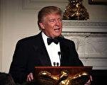 川普上任前跟上任后,一直都以推特发文,作为对公众发言的主要工具。(Photo by Chip Somodevilla/Getty Images)