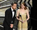 89届奥斯卡颁奖礼,《爱乐之城》男女主角瑞安‧高斯林和艾玛‧斯通在台上讲话。(Kevin Winter/Getty Images)