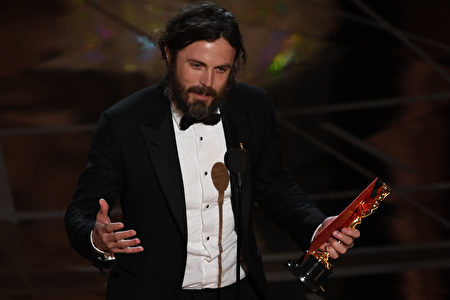 "US actor Casey Affleck delivers a speech on stage after he won the Best Actor award in ""Manchester By The Sea"" at the 89th Oscars on February 26, 2017 in Hollywood, California. / AFP / Mark RALSTON (Photo credit should read MARK RALSTON/AFP/Getty Images)"