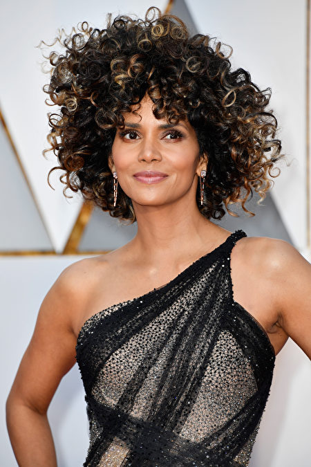 HOLLYWOOD, CA - FEBRUARY 26: Halle Berry attends the 89th Annual Academy Awards at Hollywood & Highland Center on February 26, 2017 in Hollywood, California. (Photo by Frazer Harrison/Getty Images)