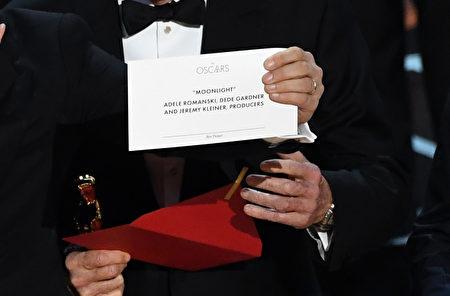 《爱乐之城》被宣布为奥斯卡最佳影片后,全体主创登台领奖,制片人霍洛维茨(Jordan Horowitz)举起印有获奖影片的卡片,宣布《月光男孩》才是大奖真正得主。(Kevin Winter/Getty Images)