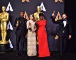 获得表演奖项的四位演员在颁奖后合影。(左起)最佳男配角马赫沙拉‧阿里,影后艾玛‧斯通,最佳女配角维奥拉‧戴维斯与影帝凯西‧阿弗莱克。(FREDERIC J. BROWN/AFP/Getty Images)