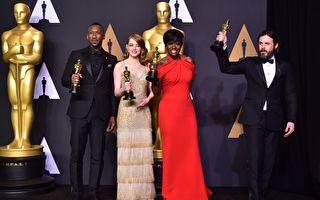 獲得表演獎項的四位演員在頒獎後合影。(左起)最佳男配角馬赫沙拉‧阿里,影后艾瑪‧斯通,最佳女配角維奧拉‧戴維斯與影帝凱西‧阿弗萊克。(FREDERIC J. BROWN/AFP/Getty Images)