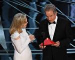 """2月26日的第89届奥斯卡""""最佳影片奖""""是由嘉宾沃伦·比蒂(Warren Beatty,右)和法耶·唐纳薇(Faye Dunaway)来颁发的,却颁错了奖。(MARK RALSTON/AFP/Getty Images)"""