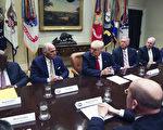 美國總統川普(特朗普)27日上午邀請全美大型保險公司執行長加入他的「川普醫保」(Aude Guerrucci-Pool/Getty Images)