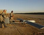 1月31日,美国亚利桑那州的陆军基地一架侦查无人机失踪,约两周后在600英里外的科罗拉多州被发现挂在一棵树上。至今仍无法解释为何这架无人机飞了那么远。图为2008年美国三角洲部队在测试一架RQ-7B无影无人机。 (PATRICK BAZ/AFP/Getty Images)