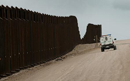 美墨边界墙。(MARK RALSTON/AFP/Getty Images)