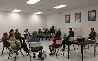 這一期洛杉磯九講班結束後,新學員們圍坐,彼此分享心得。(大紀元)