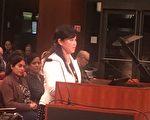 2月7日(周二)晚上,8硅谷居民刘女士在库柏蒂诺市议会上发言。(梁博/大纪元)