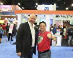 中華民國交通部觀光局駐洛杉磯辦事處主任施照輝 (右) 與洛杉磯旅遊冒險展首席執行官戈利茨 (左) 在展會上。(袁玫/大紀元)