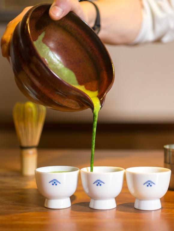 Riichiro Kato在位於曼哈頓中城的Ippodo 茶館將抹茶倒入碗中。Ippodo 是來自日本東京的高級茶葉公司。(Benjamin Chasteen/大紀元)