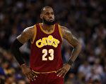 骑士球星勒布朗超越科比,成为NBA史上最年轻的28,000分先生。 (Ezra Shaw/Getty Images)