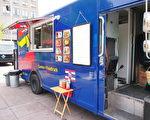 2017年夏季,蒙特利尔市府将改变以往的街头餐车管理方法,以减轻市府管理餐车位置产生的巨大费用。图为蒙市一辆街头餐车。(易柯 / 大纪元)