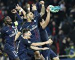 巴黎圣日耳曼主场4:0大胜巴塞罗那。球员们庆祝胜利。 (PHILIPPE LOPEZ/AFP/Getty Images)