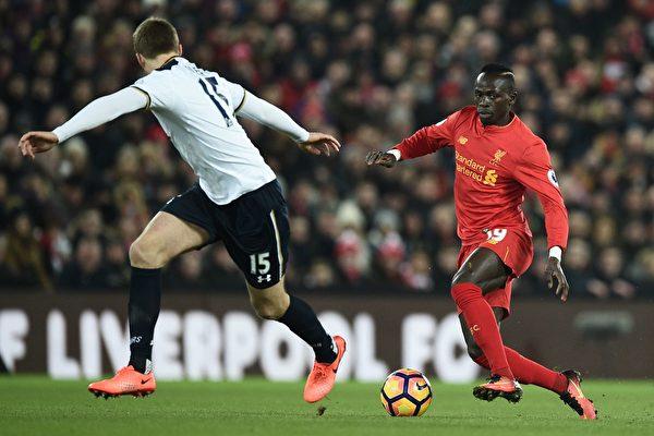 憑藉塞內加爾球星馬內(右)的梅開二度,利物浦在主場2:0力克熱刺。 (OLI SCARFF/AFP/Getty Images)