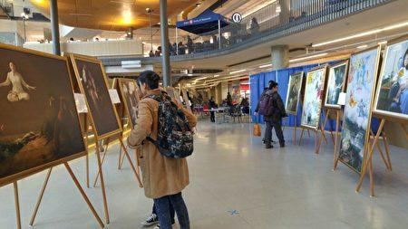 图:卑诗大学鸟巢学生活动中心正展出真善忍国际美展,吸引著许多师生前往观赏。(邱晨/大纪元)