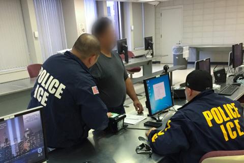 圖為一名被移民及海關執法局(ICE)逮捕的非法移民正在打指模。 (ICE提供)