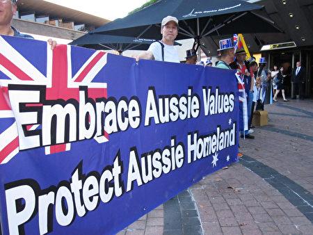 """2017年2月15日晚6点,来自澳洲各城市的民众在墨尔本艺术中心(Arts Centre)外和平抗议""""红色娘子军""""演出。(瑞秋/大纪元)"""