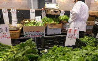 在唐人街德昌超市,菠菜的價格還比往常便宜。 (蔡溶/大紀元)