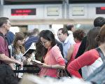 因电脑宕机,美航在费城机场的航班全部延误,但其它航空公司不受影响。图为2013年在旧金山机场等待的乘客。(马有志/大纪元)