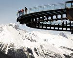 图:落基山脉区域冰川天空步道(The Glacier Skywalk)上的游客。(加通社)
