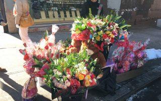 Marcos表示,花賣的太快,攤位供不應求。他母親趕緊回去補貨了,「來買花的有年輕人,也有很多是中年人或老年人。」 (于佩/大紀元)