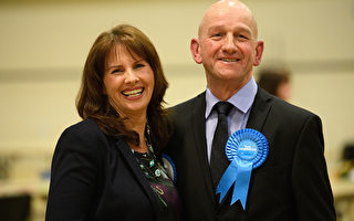 """英国两地补选 保守党取得""""历史性胜利"""""""