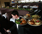 澳洲服务业员工周日加班费恐将减少20% 。(Justin Sullivan/Getty Images)