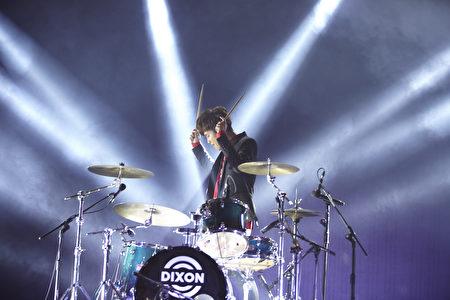 鼓鼓的新辑演唱会安可加场再演出,图为鼓鼓大秀鼓技。(相信音乐提供)