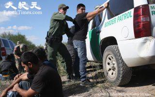 """移民法专家担心,川普总统会扩大""""快速递解""""项目。 (John Moore/Getty Images)"""