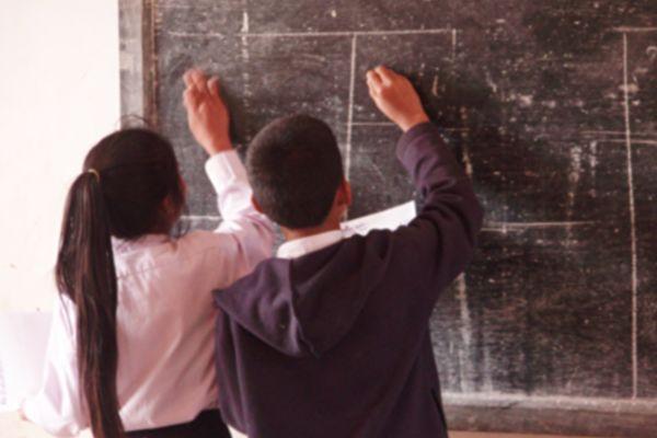 美教师以个人化动作打招呼 学生爱极了