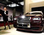 英國決定脫歐已經半年了。英鎊貶值給奢侈品製造商 和外國消費者帶來了雙贏的局面。同樣的國際品牌, 在中國大陸以外的地點原本就比勞斯萊斯汽車在 2016 年對華銷量增長了 23%, 去年總體的銷售量達到最近 100 年的第二高。 (Getty Image)