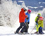 滑雪场上其乐融融的一家人。(Okemo滑雪渡假村提供)