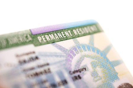 绿卡持有者是美国的合法移民,允许在美国无限期的工作和生活以及在军队服役。(shutterstock)