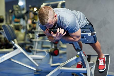 """人们一旦犯腰背痛,医生应该对他们""""量体裁衣"""",来帮助他们进行自我管理。(Syda Productions/Shutterstock)"""