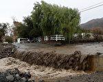 天降豪雨固令大面積地區擺脫旱情,但同時也造成洪水氾濫,道路被沖毀、民居被淹。(Justin Sullivan/Getty )