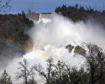 2月14日,加州第二大水库奥罗维尔湖(Lake Oroville)在泄洪。(Elijah Nouvelage/Getty Images)